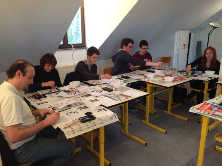 Des ateliers de calligraphie japonaise dans la bonne humeur