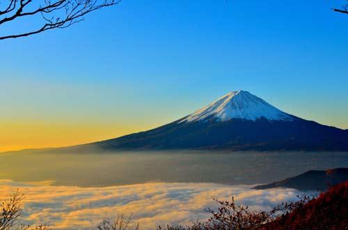 Vue du Mont Fuji au-dessus des nuages